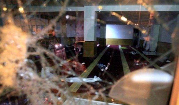 Французи напали на молебний зал мусульман і спалили Коран (фото)