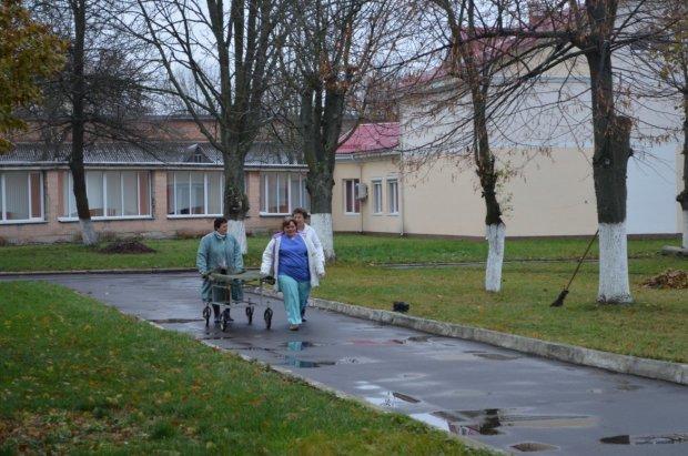 Под Днепром палачи в халатах издевались над тяжелобольными: от подробностей стынет кровь