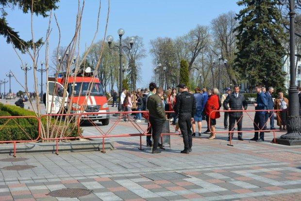 Сотни вооруженных людей стянули в Киев: что происходит