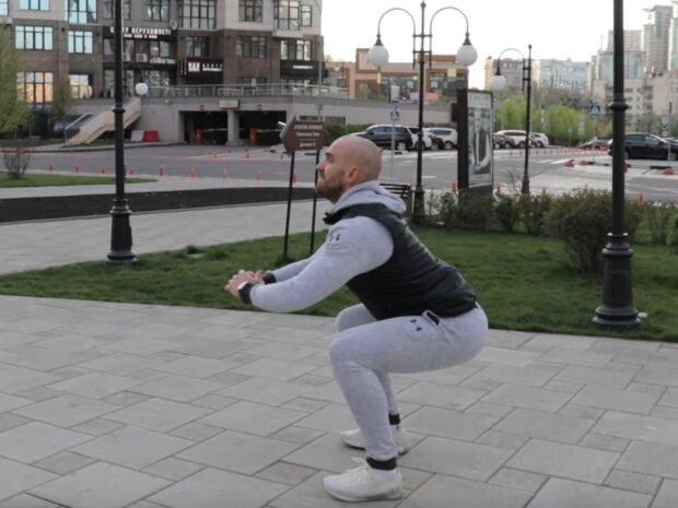 Андрій Хомицький вчить правильно присідати, скрін з відео