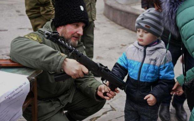 У Криму окупанти лякали дітей зброєю на очах матерів: фото