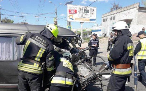 Водія вирізали з авто: моторошна ДТП потрясла Україну