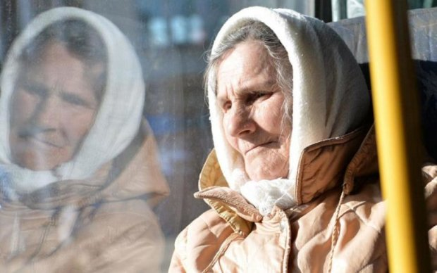 До сліз: нещадні злидні українських пенсіонерів показали одним відео
