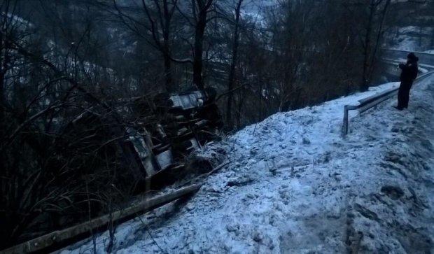 Переполненный автобус слетел в обрыв на Закарпатье