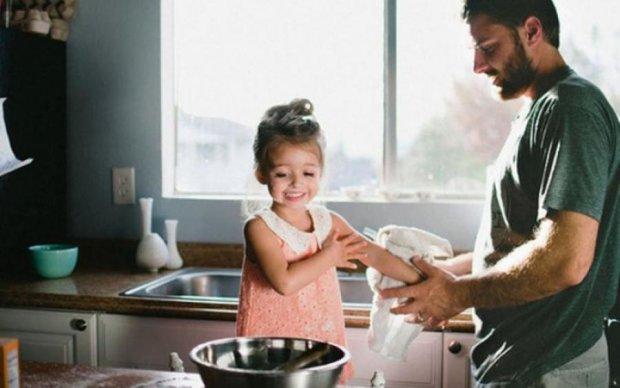 Жінка думала, що чоловік з донькою готують на кухні. Зайшовши туди, вона не повірила своїм очам
