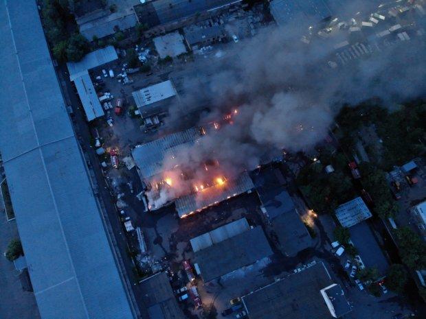 В Киеве вспыхнул гигантский склад с секонд-хендом: столица задыхается, адские кадры