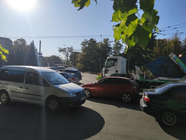 """""""Забирайте своє сміття"""": Харків застиг у заторах через комунальників, нерви водіїв на межі"""