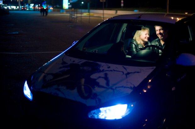 В Харькове полицейский заснял интимный досуг парочки в авто судьи возле школы
