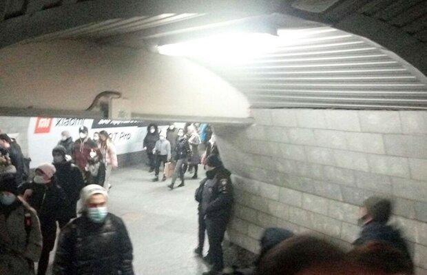 """У харківському метро копи влаштували полювання на """"голих"""" пасажирів: """"Вистрибують з-за рогу"""""""