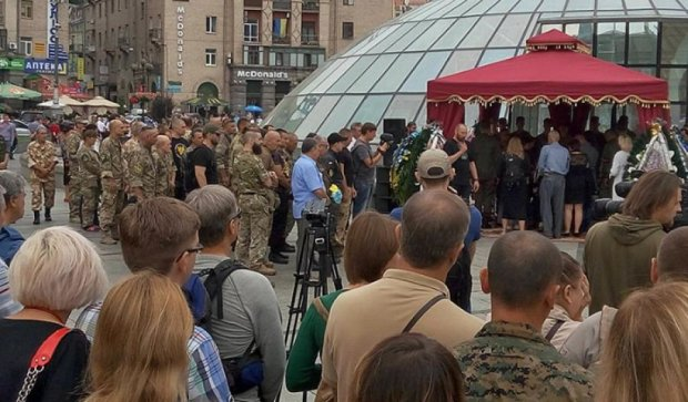 На Майдані Незалежності попрощалися з волонтером Андрієм Галущенком (фото)