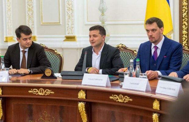 Дубилет взялся пересчитать зарплаты Зеленского, Разумкова, Гончарука - что из этого получилось