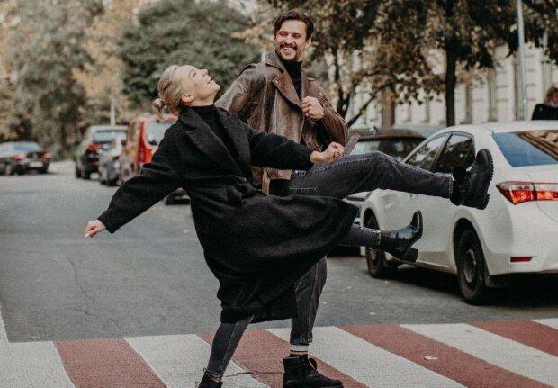 """Цимбалюк з """"Танців з зірками"""" роздягнувся догола з блондинкою в полі: """"Дуже комфортно"""""""