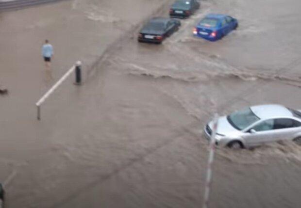 Украинский город из-за ливня превратился в Венецию, приходится плавать на лодках