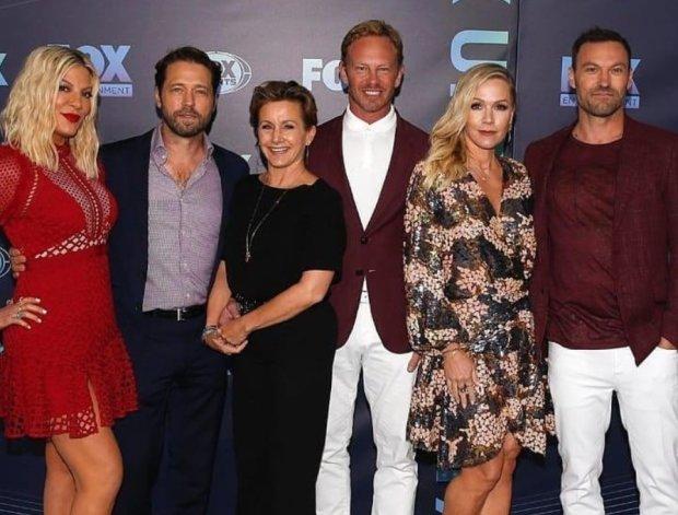 """Актеры культового """"Беверли-Хиллз, 90210"""" показали фото со съемок: """"Теперь банда в сборе"""""""