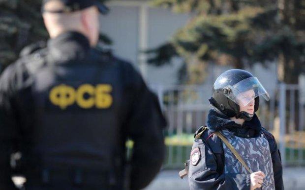 Крымскую активистку пришла арестовывать целая армия путинских шакалов