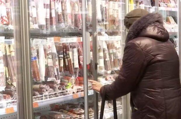 Колбасные изделия в магазине, кадр из видео