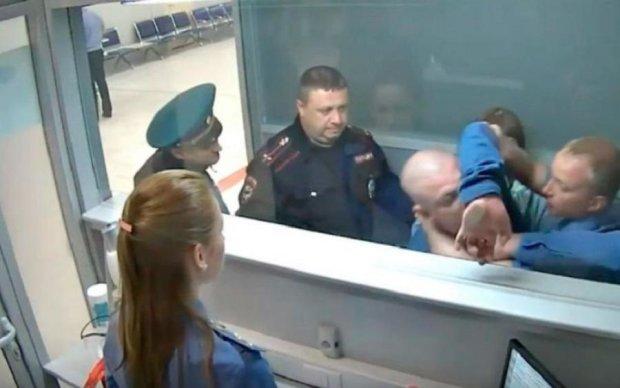 """Росіянин показав свою """"духовність"""" цілому аеропорту"""