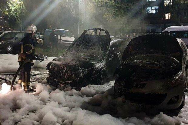 Киев превратился в город пылающих машин, не оставляйте на парковках