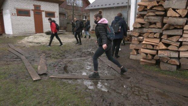 Прикарпатських школярів змушують мерзнути у вуличному туалеті: бруд і антисанітарія