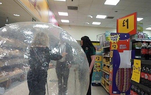 Британка пришла в магазин в необычном костюме, фото: dailymail