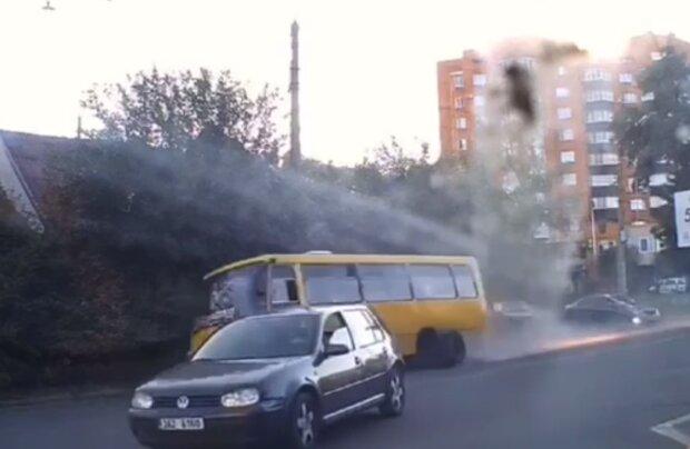У маршрутки відпало колесо, кадр з відео