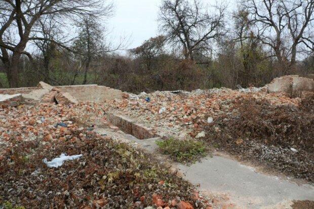 Остатки автомобильных гаражей рядом с током в центре Мацковец