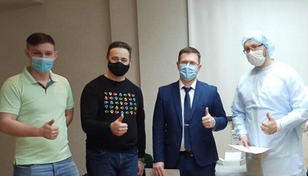Игорь Кузин с врачами, фото с Facebook