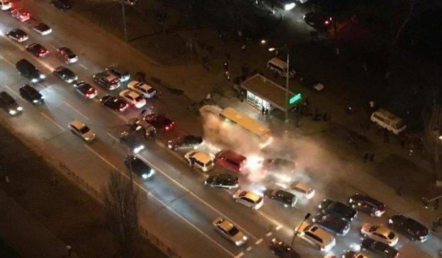 У Києві на повному ходу загорілось авто