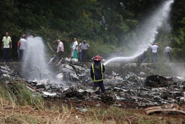 Не выжил никто: жуткая авиакатастрофа потрясла мир, на месте аварии работают военные