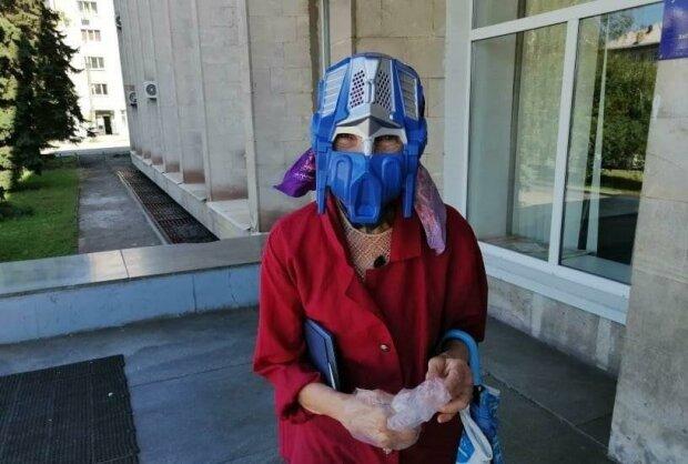 Пенсионерка из Запорожья нацепила маску супергероя - никакой вирус не страшен