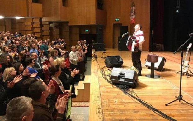 Настоящий патриот: культовый певец собрал помощь жителям Донбасса