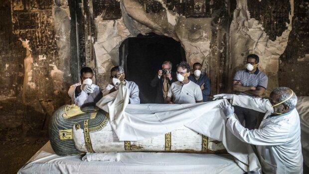 """Древние пирамиды Египта раскрыли тайну """"черного саркофага"""", такого еще никто не видел: исторические кадры"""