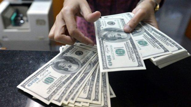 Доллар взлетел до невиданных показателей: у людей паника, обменники закрываются