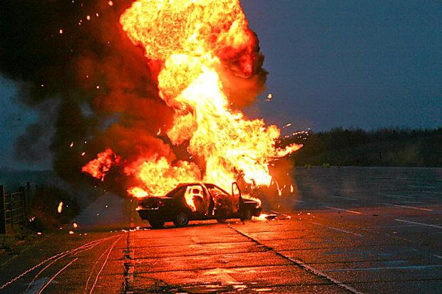 В Харькове мужчина бросил взрывчатку в окно автомобиля: водитель в тяжелом состоянии