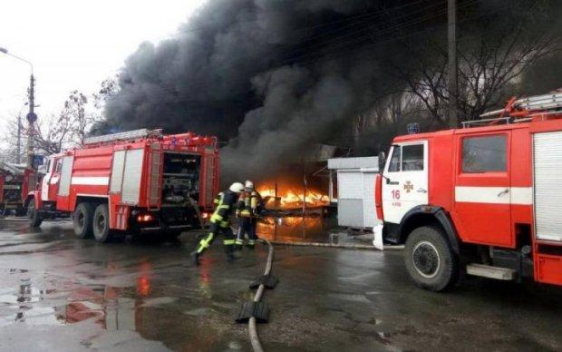 НБУ окутал густой дым, на месте толпы людей и пожарные