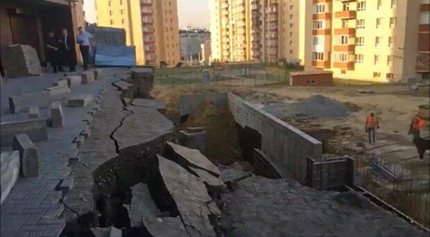 В Хмельницком под жилым домом образовалась огромная пропасть, фото из фейсбука Hopak Andriy