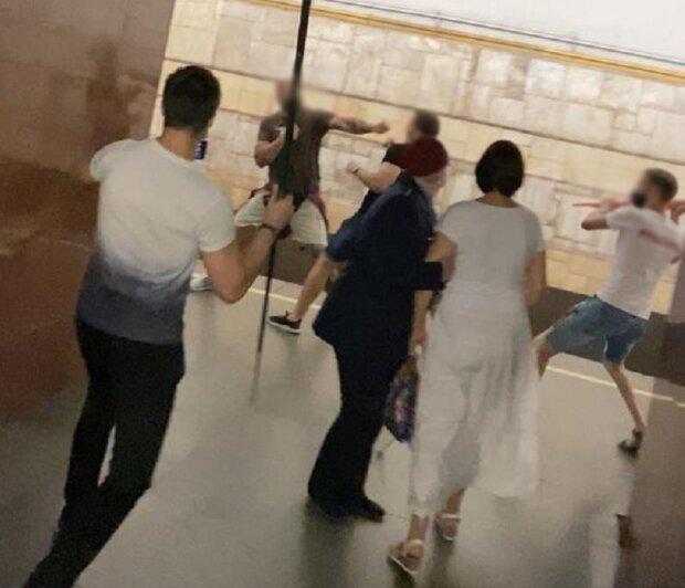 """бійка на станції метро """"Театральна"""", скрін з відео"""