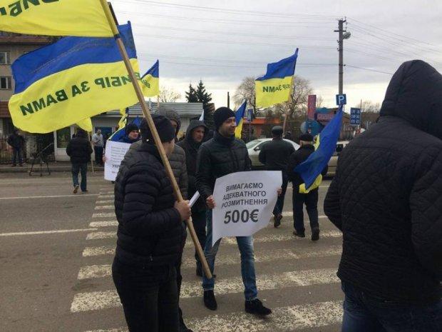 Авто з іноземними номерами заблокували українські кордони