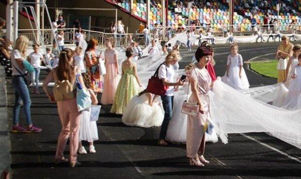 Випускниця з Тернополя затьмарила усіх приголомшливою сукнею і прославилася на всю Україну - рекордний розмір