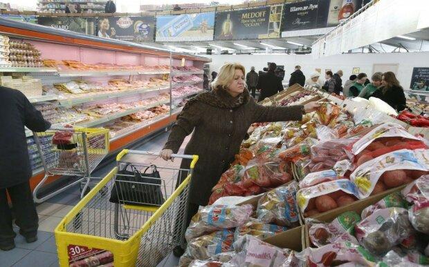 Українцям урізають зарплати: кому стали платити менше