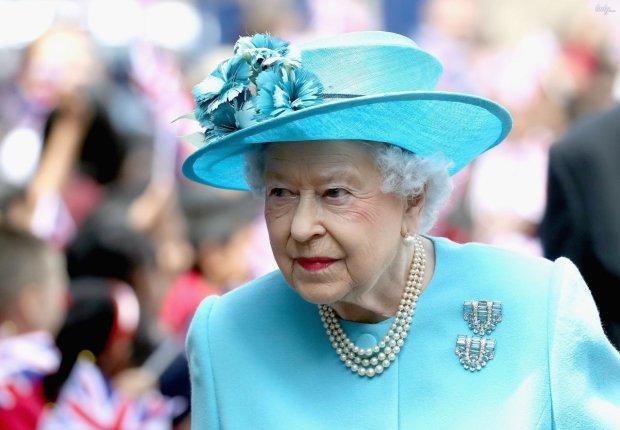 Елизавета охладила пыл влюбленного принца Гарри: носится, как с писаной торбой