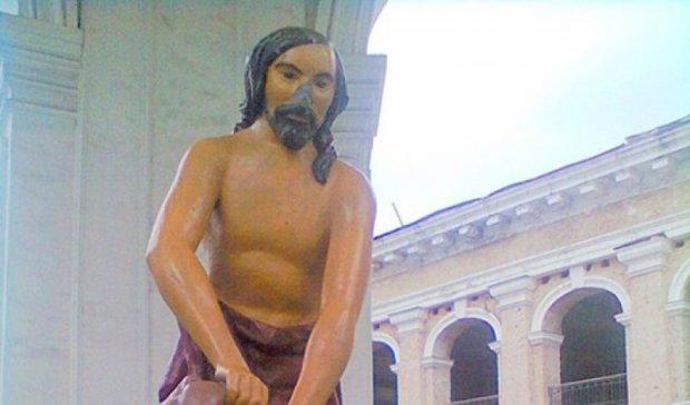 Вандалы отбили нос у статуи «Самсона» на столичной площади (фото)