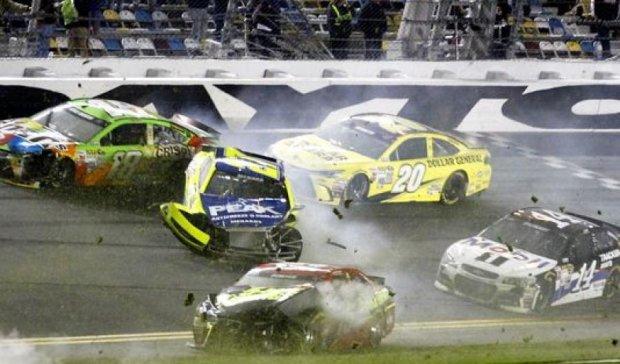 Аварія на етапі NASCAR: 13 глядачів травмовані (відео)