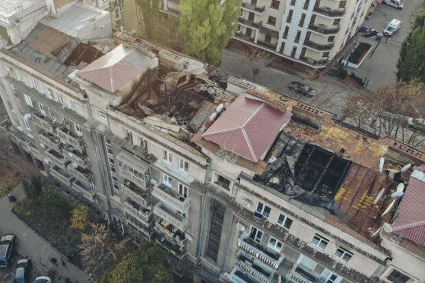 Замість стелі - небо, і все залито водою: в мережі показали наслідки пожежі багатоповерхівки в Києві