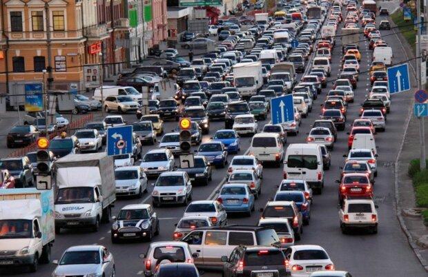 В кузове и на мопеде ночью: украинским водителям вводят штрафы за ненадлежащее поведение