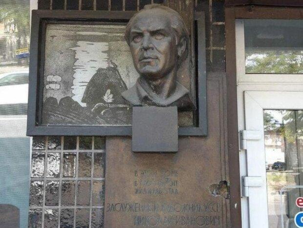 Заради пляшки горілки: у Дніпрі вандали вкрали пам'ятник відомому художнику