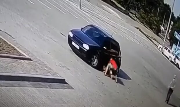 На Львовщине озверевший водитель Volkswagen дважды переехал ребенка, сдавая назад - малыш убегал и звал маму