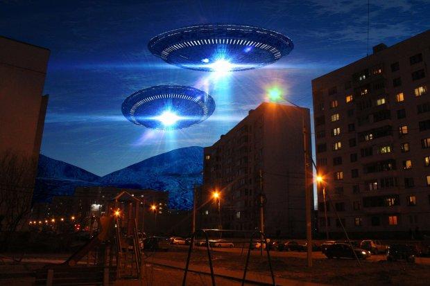 НЛО на шаленій швидкості розірвав небо над спокійним містом: і як після цього відео не вірити в інопланетян