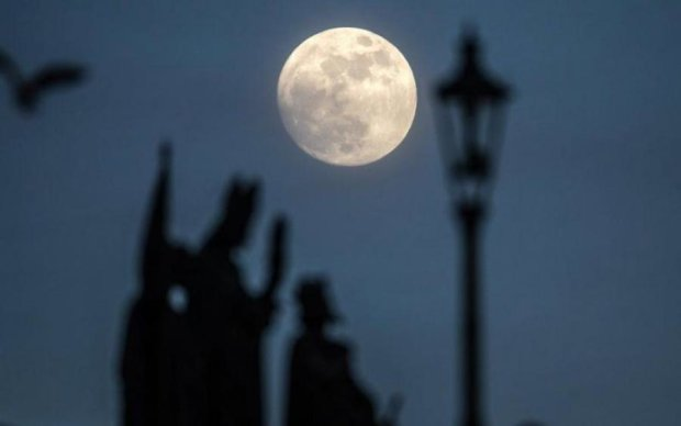Загадочное божество: уфологи разглядели храм на Луне