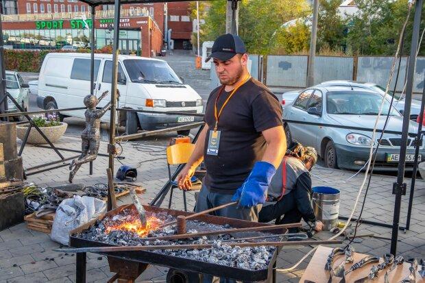 Пісня вогню та металу: у Дніпрі всі бажаючі можуть викувати собі щастя на КOVAL fest